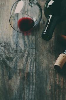 Garrafa de vinho, cortiça e saca-rolhas