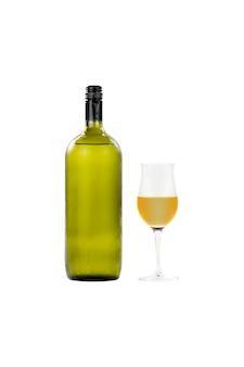 Garrafa de vinho de vidro grande e copo de vinho isolado no fundo branco.