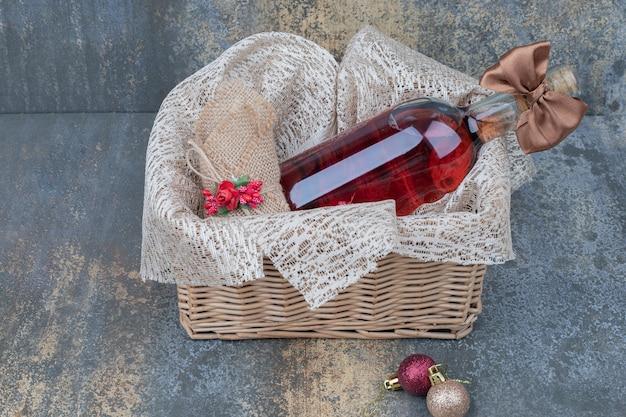 Garrafa de vinho decorada com fita em cesto de madeira. foto de alta qualidade