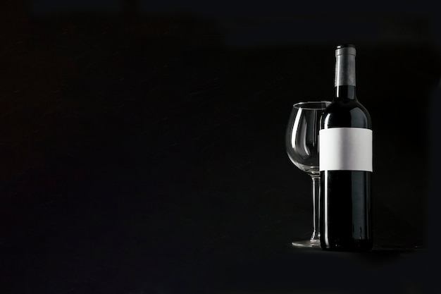 Garrafa de vinho e copo vazio