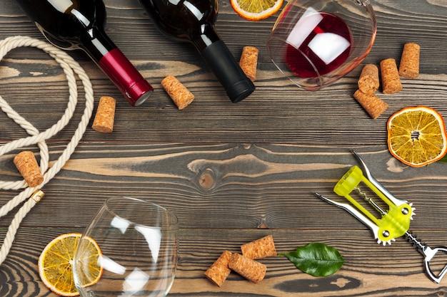 Garrafa de vinho e rolha e saca-rolhas na mesa de madeira