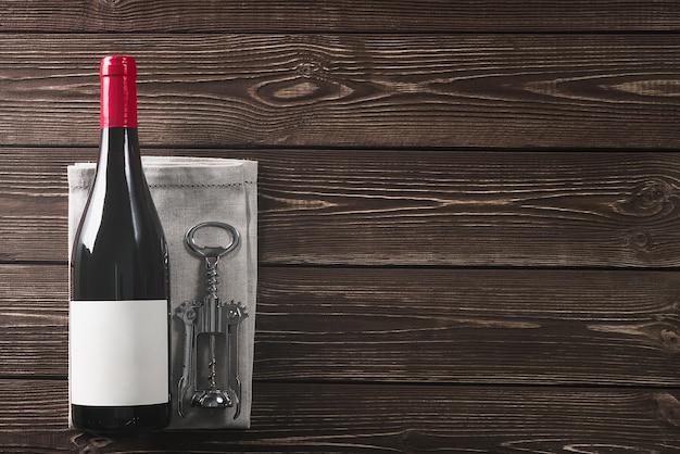 Garrafa de vinho e saca-rolhas. copie o espaço.
