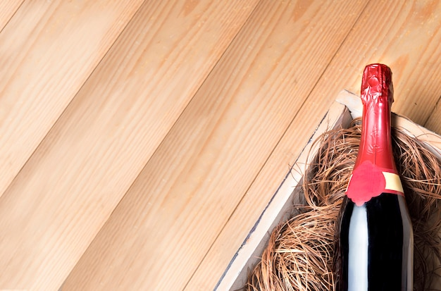 Garrafa de vinho no fundo de madeira com copyspace