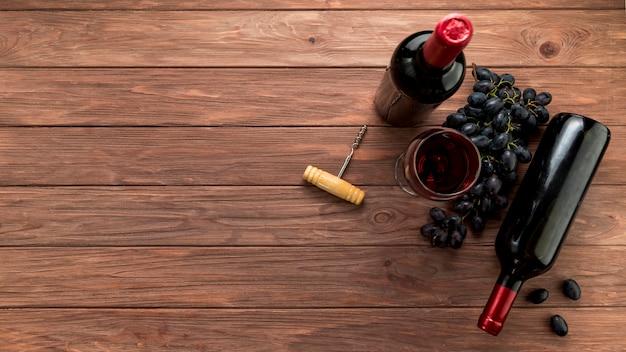Garrafa de vinho no fundo de madeira