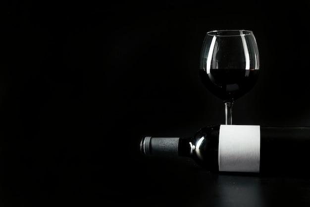 Garrafa de vinho perto de vidro