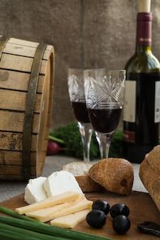 Garrafa de vinho, queijo e pão branco estão sendo demitidos