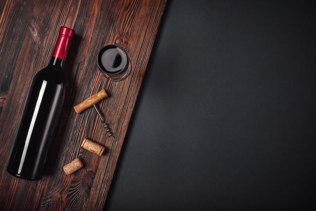 Garrafa de vinho saca-rolhas e copo de vinho