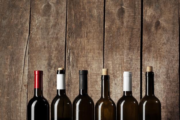 Garrafa de vinho sobre fundo de madeira