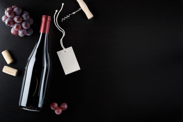 Garrafa de vinho tinto com etiqueta.