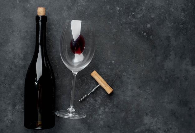 Garrafa de vinho tinto, copo de vinho e saca-rolhas