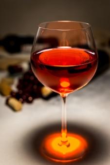 Garrafa de vinho tinto e copo de vinho tinto