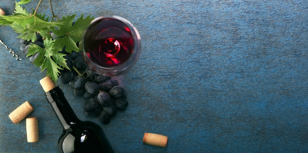 Garrafa de vinho tinto e uvas. vista do topo.