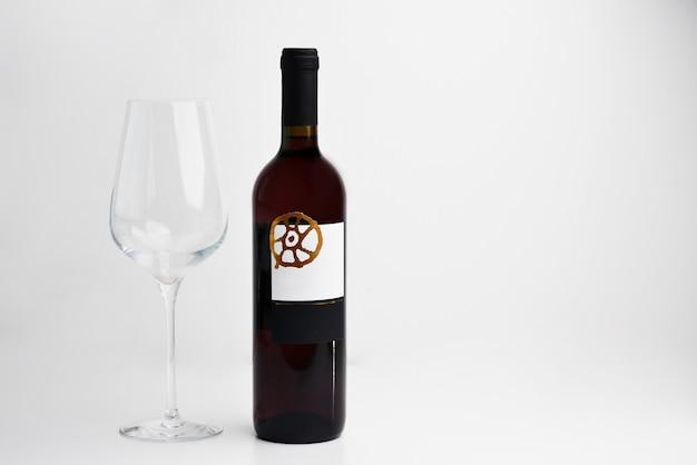 Garrafa de vinho tinto e vidro em fundo branco com espaço de cópia para texto