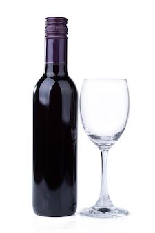 Garrafa de vinho tinto e vidro em fundo branco.