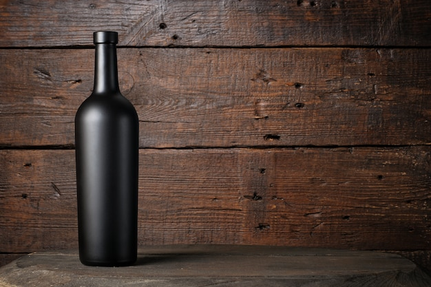 Garrafa de vinho tinto em um fundo de madeira