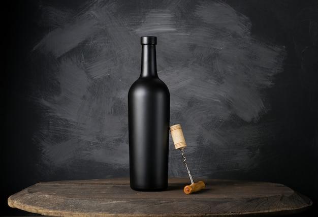Garrafa de vinho tinto na madeira