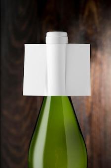 Garrafa de vinho translúcida com rótulo em branco