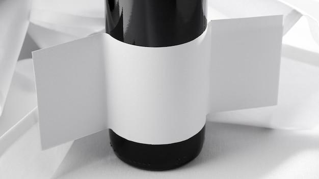 Garrafa de vinho transparente com rótulo em branco