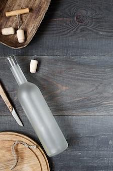 Garrafa de vinho vazia e acessórios