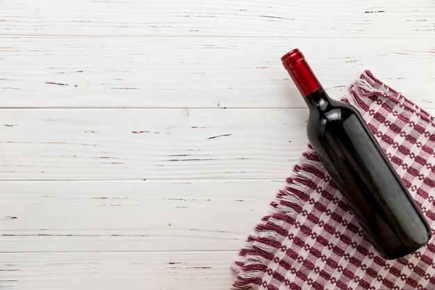 Garrafa de vinho vista superior em fundo de madeira