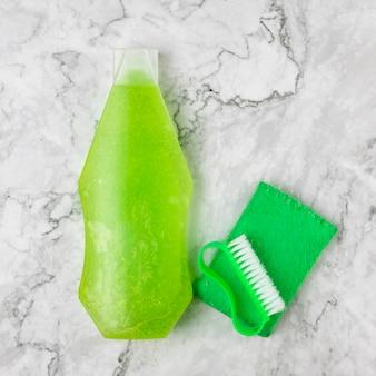 Garrafa detergente de vista superior com escova e esponja