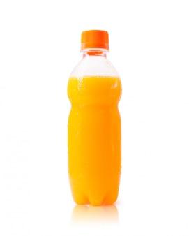 Garrafa do sumo de laranja isolada no fundo branco.