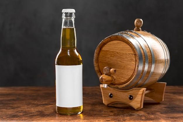 Garrafa e barril de cerveja com vista frontal