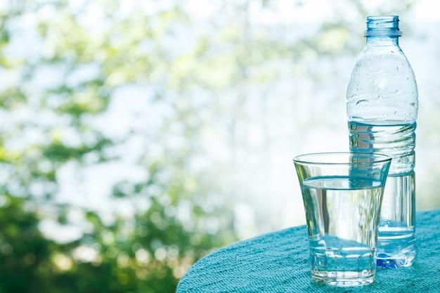 Garrafa e copo com água