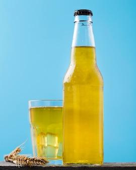 Garrafa e copo com cerveja na mesa