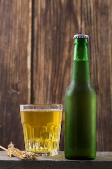 Garrafa e copo com cerveja
