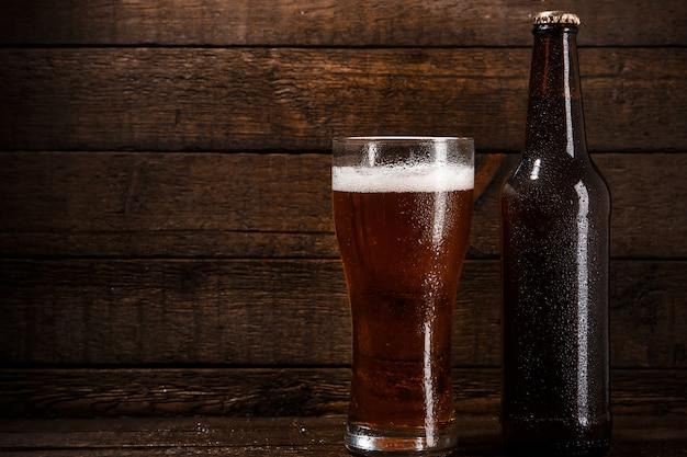 Garrafa e copo de cerveja
