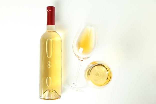 Garrafa e taças de vinho no fundo branco