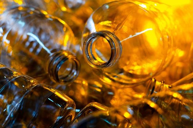 Garrafa. produção industrial de garrafas pet de plástico. embalagem de comida transparente.
