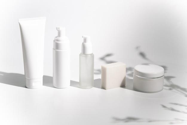 Garrafa saudável facial da beleza cosmética no fundo branco