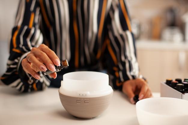 Garrafa segurando com óleo essencial para difusor aroma essência de saúde, bem-estar aromaterapia home spa fragrância terapia tranquila, vapor terapêutico, tratamento de saúde mental