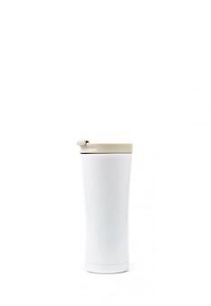 Garrafa térmica branca isolada no fundo branco, com espaço de cópia