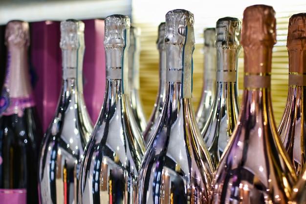 Garrafas brilhantes com bebida alcoólica efervescente ficar em uma mesa em um restaurante