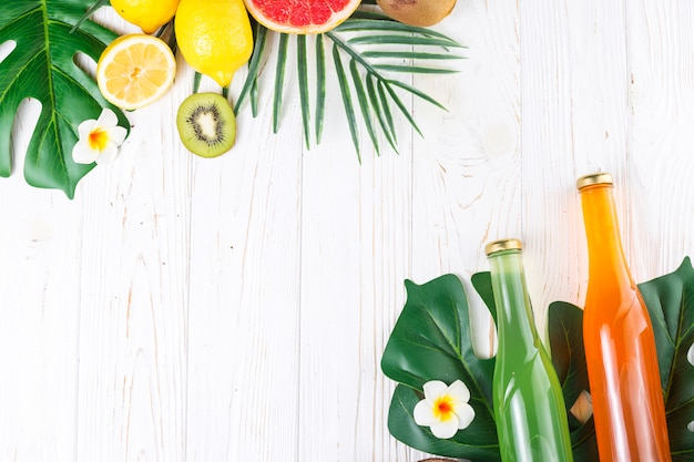 Garrafas coloridas com bebidas e frutas diversas