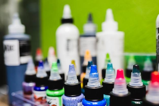 Garrafas coloridas de tintas de tatuagem