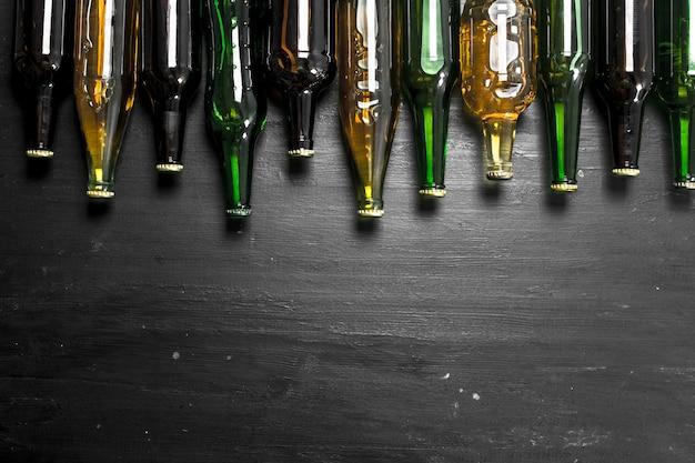 Garrafas com cerveja fresca no quadro negro.
