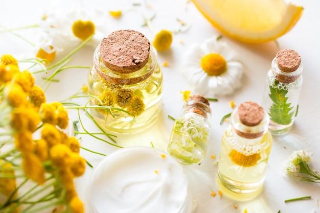 Garrafas com cosméticos naturais de close-up de flores silvestres