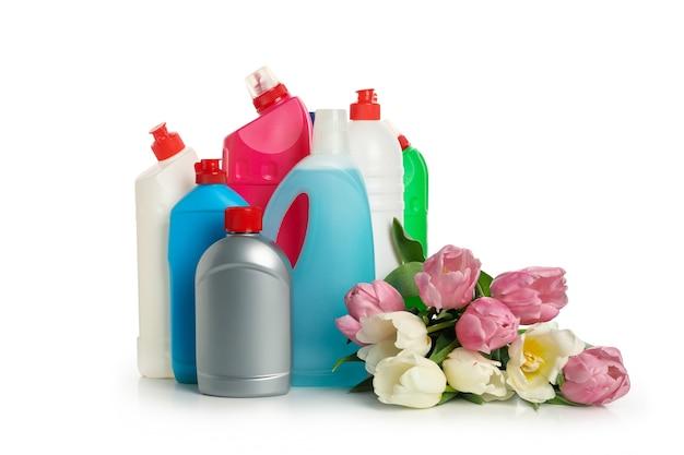 Garrafas com detergente e tulipas em branco