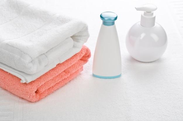 Garrafas com duas toalhas em fundo branco