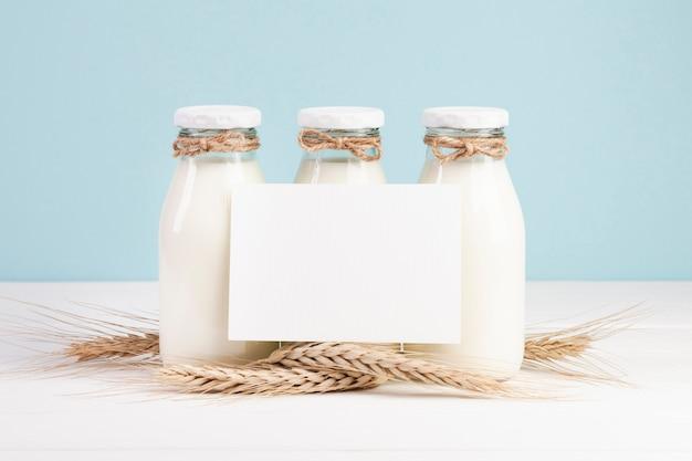 Garrafas com leite e cartão de espaço de cópia