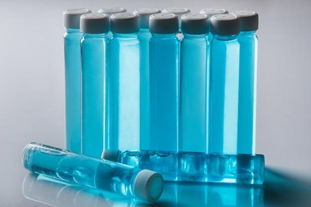 Garrafas com líquido azul