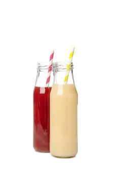 Garrafas com suco de morango e banana isoladas em branco