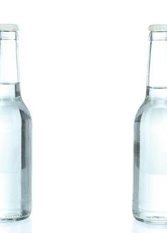 Garrafas de água isoladas em branco