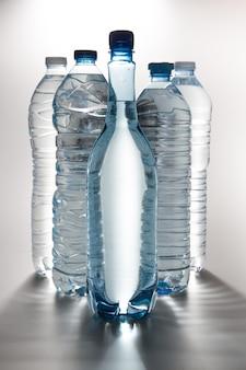 Garrafas de água isoladas no branco
