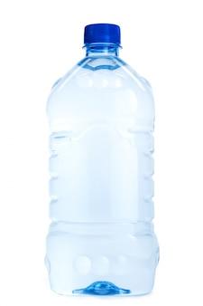 Garrafas de água mineral isoladas no branco