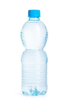 Garrafas de água mineral isoladas